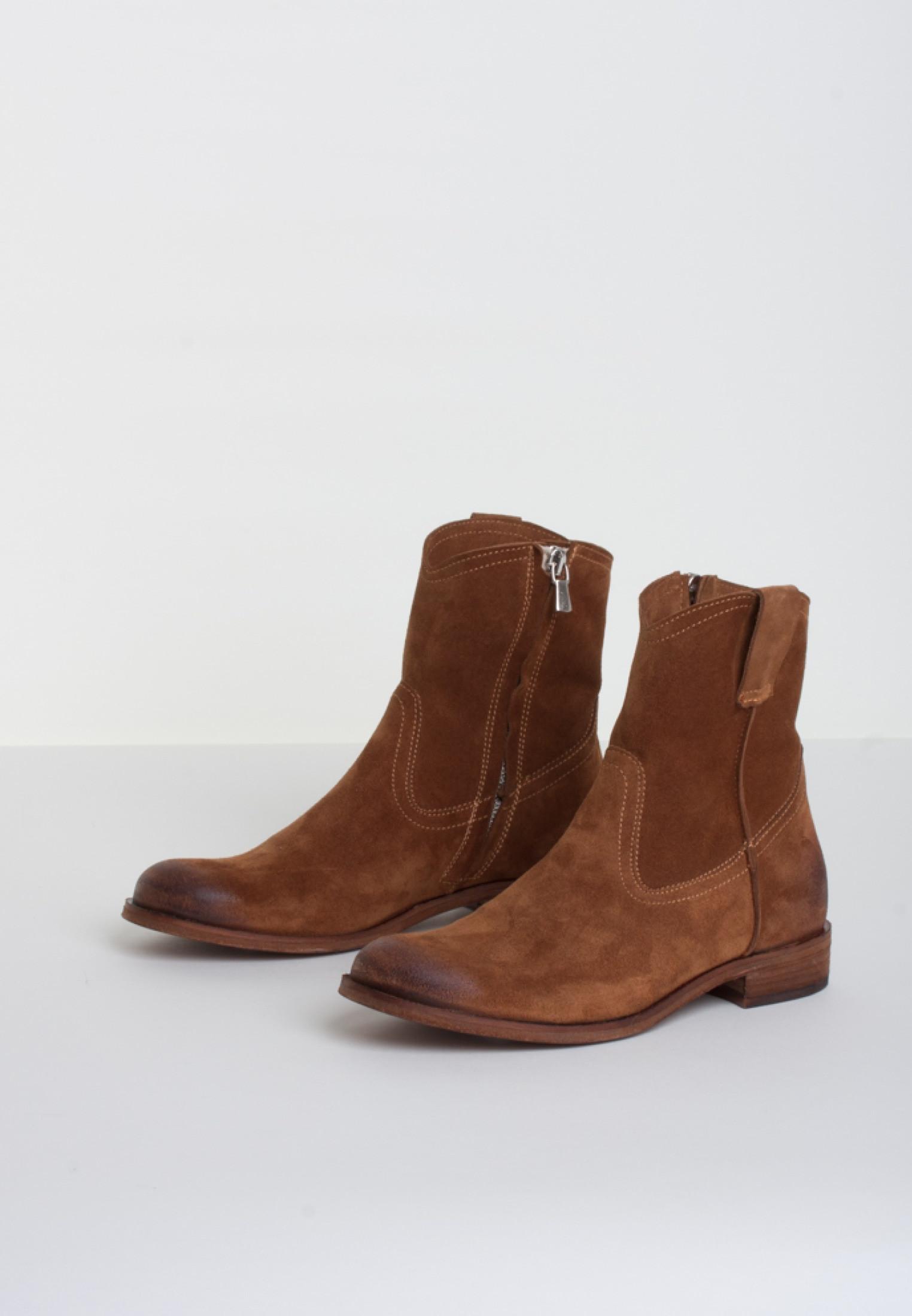 Bukela ruskindsstøvle på lav hæl.