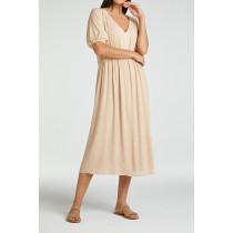 YAYA maxi kjole har en v-hals og korte ærmer
