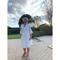 YAYA hvid kjole med længde over knæ