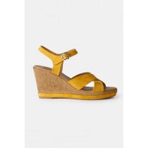 RE:DESIGNED sandal i en varm gul farve.